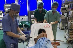 Cứu sống bệnh nhân bị xà beng đâm xuyên ngực