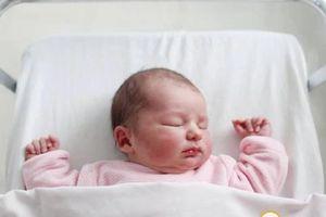 Đặt tên con thời COVID-19: Em bé ra đời ở khu cách ly, được đặt tên là 'Cách Ly'