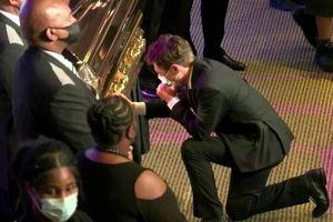 Thị trưởng Minneapolis quỳ gối, khóc nức nở bên quan tài George Floyd