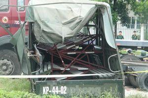 Xe container lao vào xe tải, 7 người thương vong
