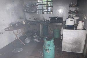 Phòng ngủ bốc cháy, chủ nhà tung cửa kêu cứu lúc rạng sáng