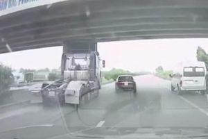 Tránh ô tô con nhập làn ẩu, tài xế xe đầu kéo phanh 'cháy lốp'