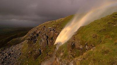 Gió bão thổi thác nước chảy ngược vào không trung