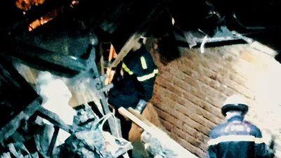 Cảnh sát đưa thi thể ở nhà trọ ông Hiệp 'Khùng' ra khỏi hiện trường