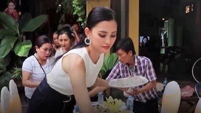 Hoa hậu Tiểu Vy tất bật bày biện cỗ mừng tại nhà riêng ở phổ cổ Hội An