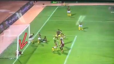 Cầu thủ cản trở đồng đội ghi bàn vì nằm trước cầu môn đối phương