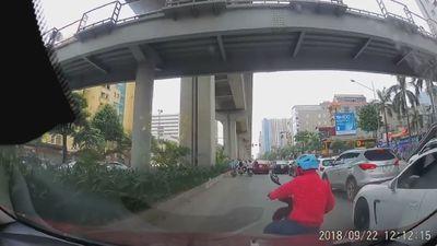 'Nữ ninja' liều lĩnh lách qua khe hẹp giữa hai ôtô