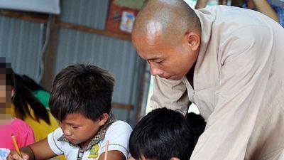 Lớp học miễn phí giữa lòng hồ thủy điện của sư thầy