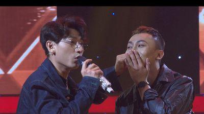 Giọng ải giọng ai: Isaac bất ngờ 'khóa môi' nam thí sinh trên sân khấu