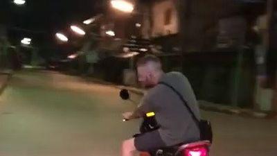 Biểu diễn ôm cua bằng xe máy, khách Tây té lộn nhào