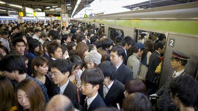 Những chuyến tàu 'bánh kẹp' gây ngạc nhiên ở Nhật