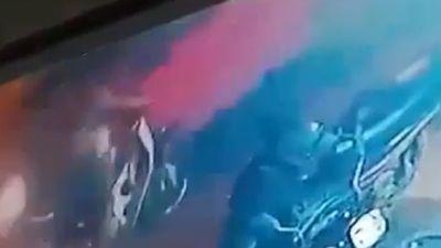 Ô tô phóng nhanh 'cuốn bay' người phụ nữ bên đường
