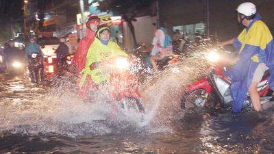 Đường phố TP.HCM ngập nặng sau mưa, xe chết máy hàng loạt