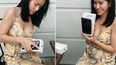 Gái xinh đập hộp Iphone XS Max khiến người xem 'đứng tim'