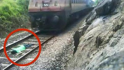 Thanh niên liều mạng nằm dưới đường ray cho tàu chạy qua