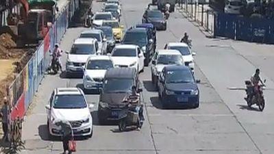 Người đàn ông lái xe máy 'dọn đường' cho cụ bà gây sốt mạng xã hội