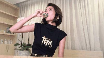 Màn uống nước xịt khoáng gây trang cãi của Cao Thiên Trang