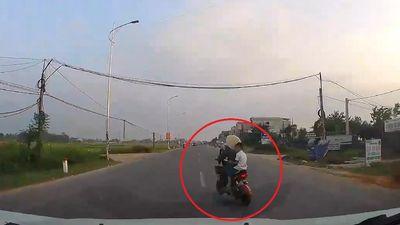 Ôtô đánh lái qua chiều ngược lại để tránh bà cụ qua đường đột ngột
