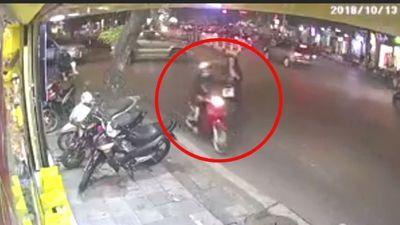 Tên cướp giật phăng điện thoại của cô gái đi bộ trên phố Hà Nội