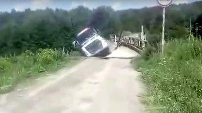 Xe tải 'xóa sổ' cầu gỗ rồi rơi xuống sông