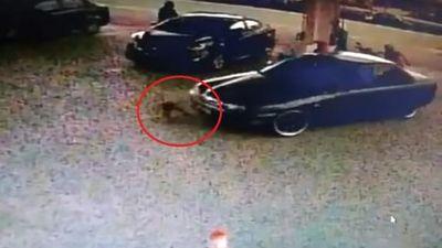 Bé gái 2 tuổi bị ô tô đâm, kéo lê tại trạm xăng do mẹ bất cẩn