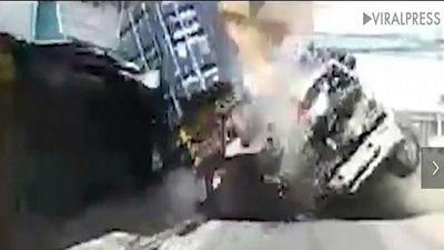 Quên thắt dây an toàn, mẹ và con nhỏ bị hất văng khỏi xe tải sau tai nạn