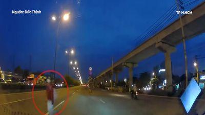 Nữ sinh bất ngờ lao thẳng qua đường trước đầu ôtô