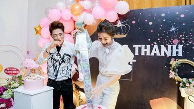 Choáng váng màn bóc quà sinh nhật của hotmom Sài thành: Đồ trăm triệu chất đống, vàng miếng đếm mỏi tay không hết