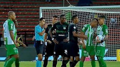 Tranh đá phạt, cầu thủ Colombia tấn công cả đồng đội!