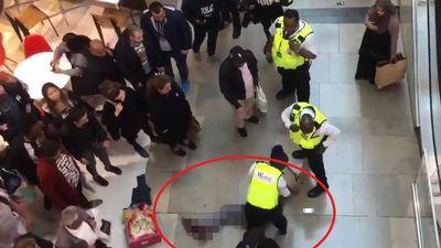 Không nói không rằng, nam thanh niên nhảy khỏi lan can tầng 3 khu mua sắm, trúng người bên dưới