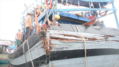 Cận cảnh tàu cá Quảng Nam bị tàu lạ tông gần Hoàng Sa