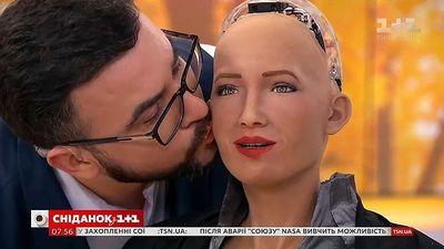 Robot Sophia cho phép 'bạn trai' thơm má trên sóng truyền hình