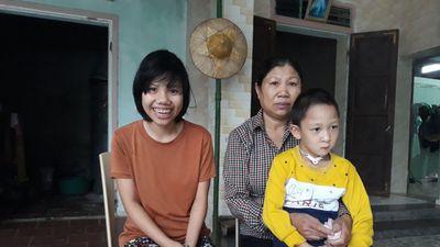 Cảm động người mẹ nghèo nhận nuôi đứa trẻ tật nguyền bị bỏ rơi
