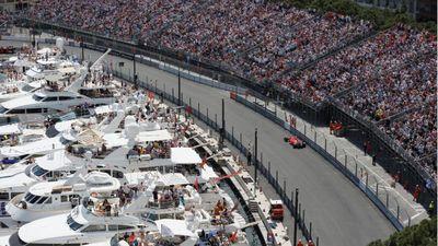 Khán giả phấn khích ngắm xe F1 phóng trên đường phố