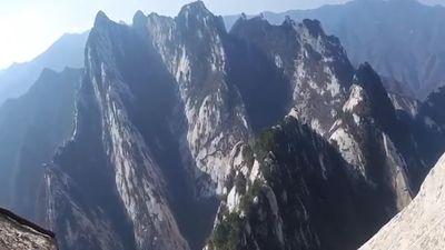 Con đường đi bộ cheo leo dọc vách đá đầy nguy hiểm ở Trung Quốc
