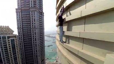 Thót tim nhiếp ảnh gia tay không leo trèo tòa ở nhà cao 77 tầng