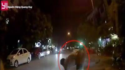 Đột ngột cắt ngang ôtô, xe máy bị tông văng ra đường