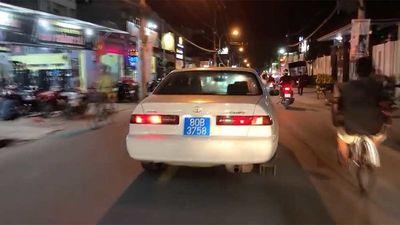 Xe biển xanh 80B chở phụ nữ, trẻ em hú còi ưu tiên inh ỏi trên đường phố