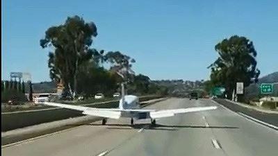 Máy bay bất ngờ hạ cánh xuống xa lộ