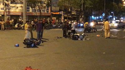 Hiện trường vụ ô tô lao vào hàng loạt xe máy ở Hàng Xanh