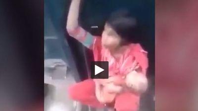 Kinh hãi cảnh mẹ trẻ bế con ngồi 'vắt vẻo' giữa đoạn nối của 2 toa tàu