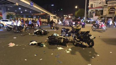 Clip hiện trường vụ tai nạn xe BMW đâm liên hoàn nhiều xe máy tại ngã tư Hàng Xanh - TP.HCM