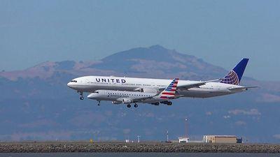 'Phát sốt' với cảnh hai máy bay song hành hạ cánh