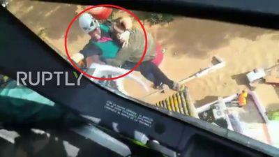 Clip: Cảnh sát đu dây từ trực thăng, giải cứu dân kẹt trong biển lũ