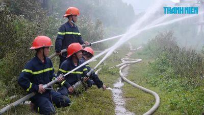 Kho chứa củi bị cháy suốt 12 giờ vẫn chưa được dập tắt