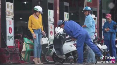 Clip: Cô gái dắt xe máy điện đi đổ xăng khiến cả cây xăng hoang mang