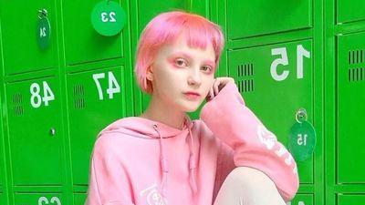 10X Nga gây ấn tượng vì trông như búp bê, mỗi tuần đổi một màu tóc