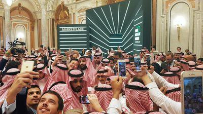 Thái tử Saudi trốn khỏi đám đông muốn chụp ảnh cùng