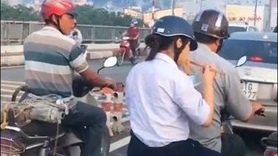 Vội đi học, nữ sinh tranh thủ ăn nguyên tô mỳ sau yên xe mây khiến nhiều người chạnh lòng