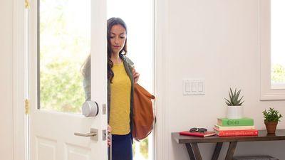Hệ thống khóa thông minh giúp bạn an tâm khi rời khỏi nhà